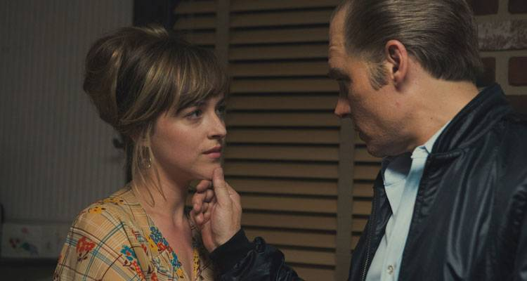Johnny Depp y Dakota Johnson en la película 'Black Mass' (2015)