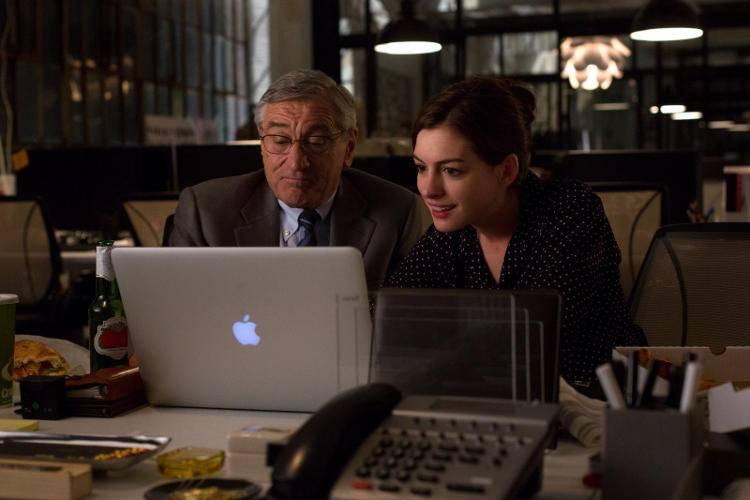 Robert De Niro y Anne Hathaway en la película 'El becario'