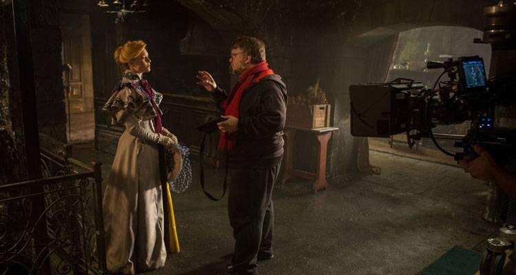 Guillermo del Toro y Mia Wasikowska en el rodaje de 'La cumbre escarlata' (2015)