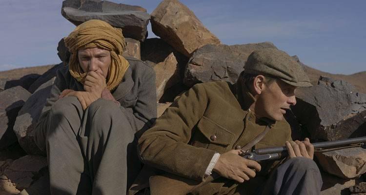 Reda Kateb y Viggo Mortensen en una escena de 'Lejos de los hombres'