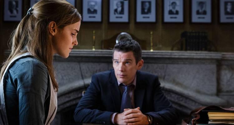 Emma Watson y Ethan Hawke en una escena de 'Regresión' de Amenábar