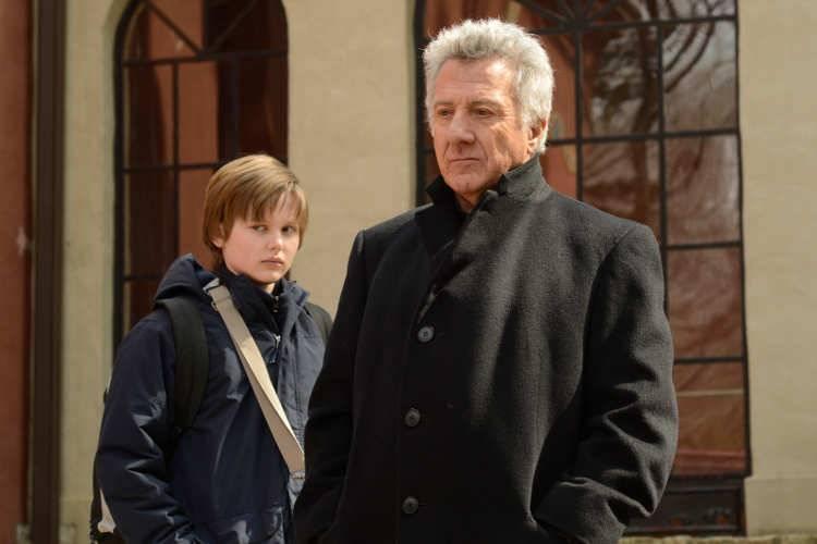 Joe West y Dustin Hoffman en la película 'El coro' (2015)