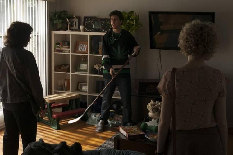 Nat Wolff hace el papel de novio (o algo) de Julia Garner Julia Garner