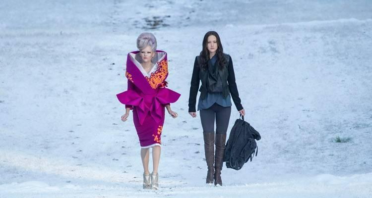 Effie (Elizabeth Banks) y Katniss Everdeen (Jennifer Lawrence) en Sinsajo Parte 2