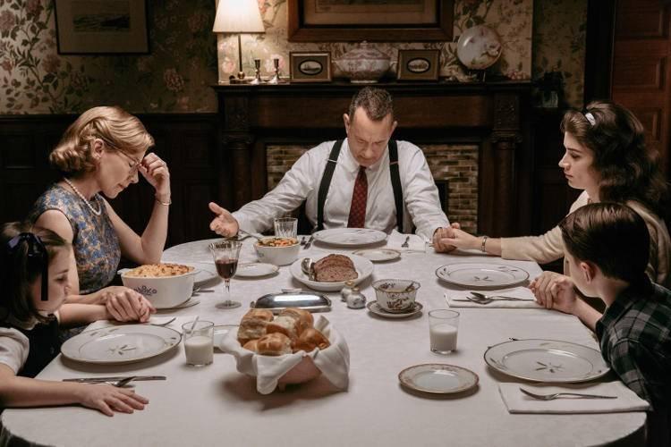 Amy Ryan, Eve Hewson y Tom Hanks en El puente de los espías