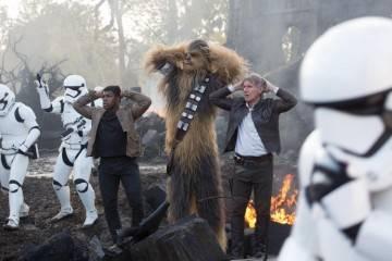 Harrison Ford, John Boyega y Peter Mayhew en Star Wars: El despertar de la Fuerza