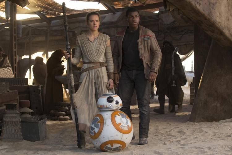 Daisy Ridley y John Boyega en Star Wars: El despertar de la Fuerza