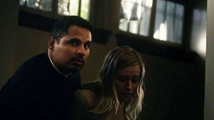 Michael Peña y Olivia Taylor Dudley en Exorcismo en el Vaticano