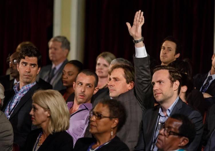 Hamish Linklater, Jeremy Strong, Steve Carell, Ryan Gosling y Rafe Spall en una escena