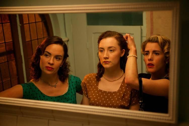 Emily Bett Rickards, Eve Macklin y Saoirse Ronan