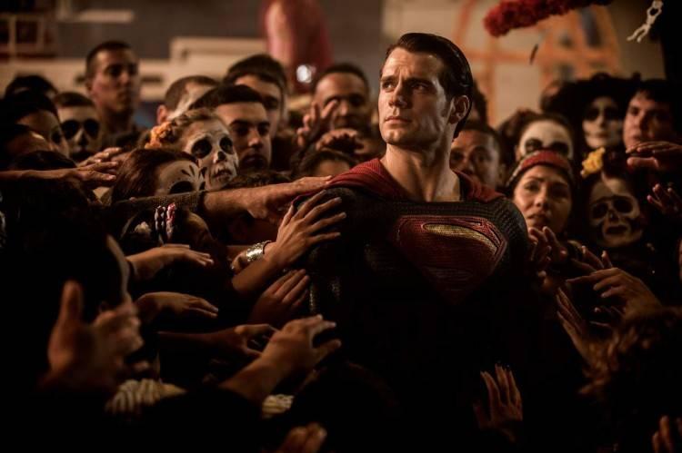 Superman se deja tocar ahora que su intérprete Henry Cavill tiene doble de músculo - Curiosidades Batman V Superman: El amanecer de la justicia