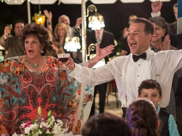 Lainie Kazan y Louis Mandylor en una escena de Mi gran boda griega 2