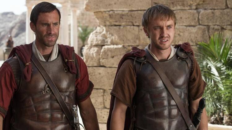 Joseph Fiennes y Tom Felton en una escena de la película Resucitado