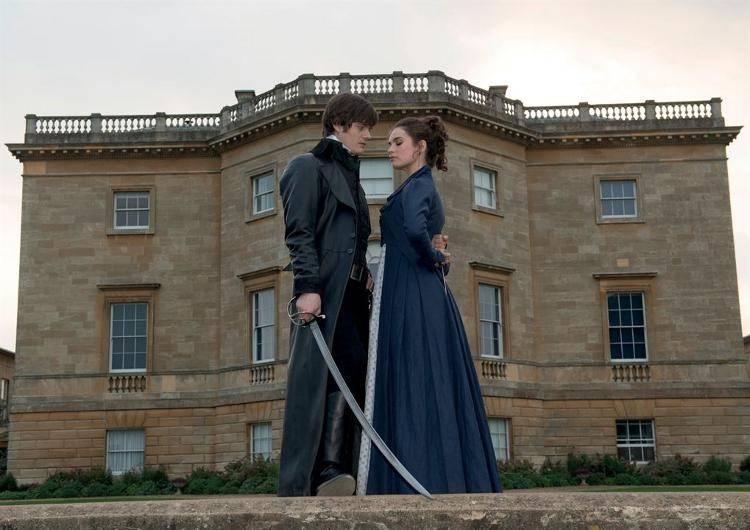 Sam Riley interpreta a el orgulloso Darcy, y Lily James es la pejuiciosa Elisabeth. (El zombi no quiso posar en la foto).