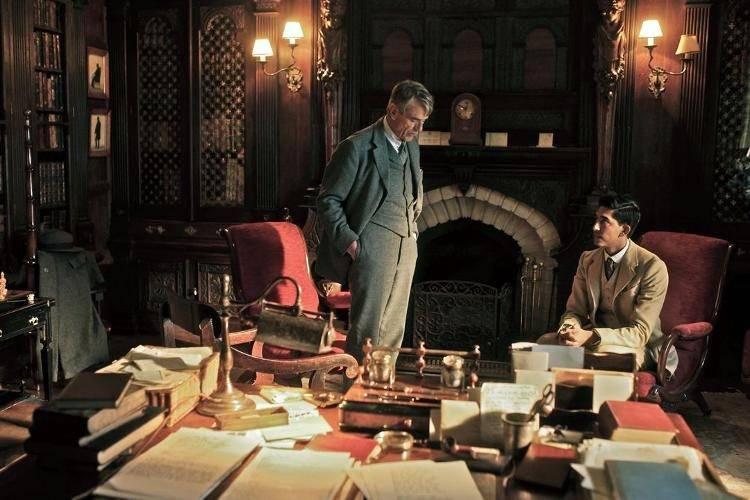 Dev Patel y Jeremy Irons