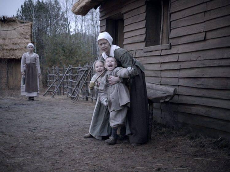 Anya Taylor-Joy, Kate Dickie, los pequeños Ellie Grainger y Lucas Dawson en una escena de La bruja