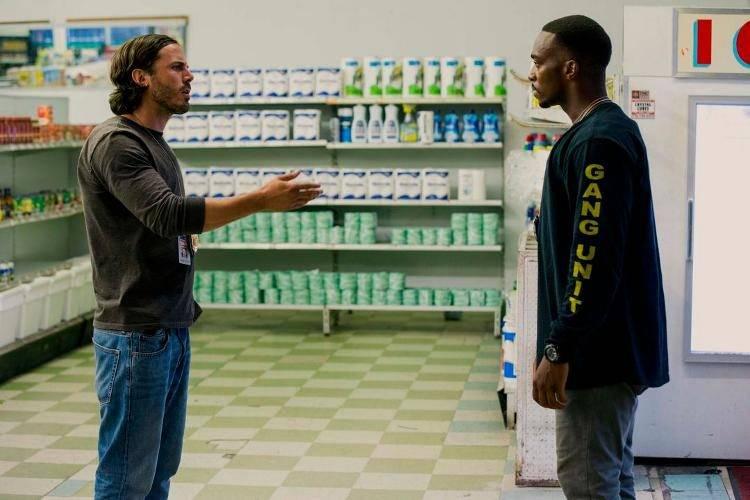 Casey Affleck y Chiwetel Ejiofor en una escena de Triple 9