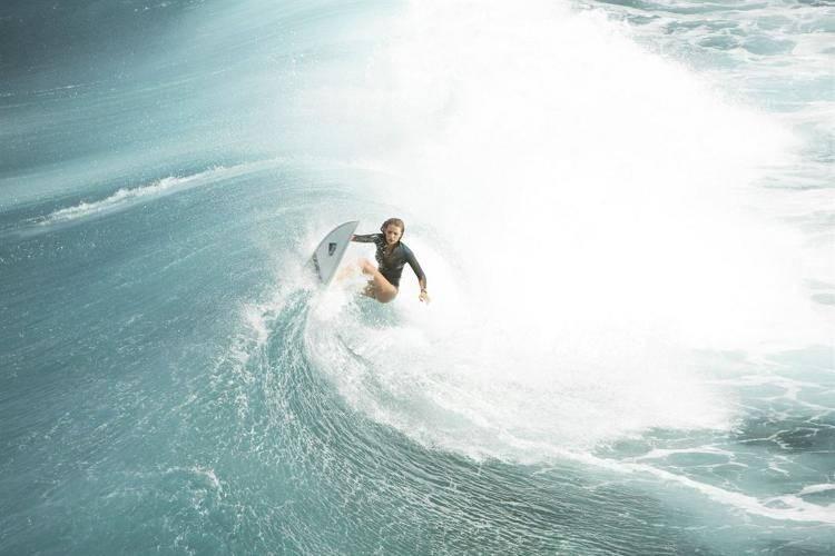 Blake Lively surfeando