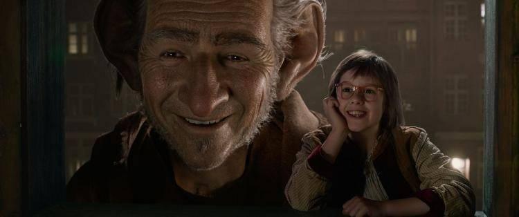 Ruby Barnhil y Mark Rylance en una escena de 'Mi amigo el Gigante'