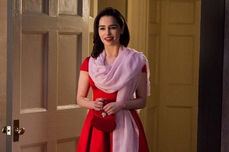 Emilia Clarke es Lou, una chica de personalidad atractiva