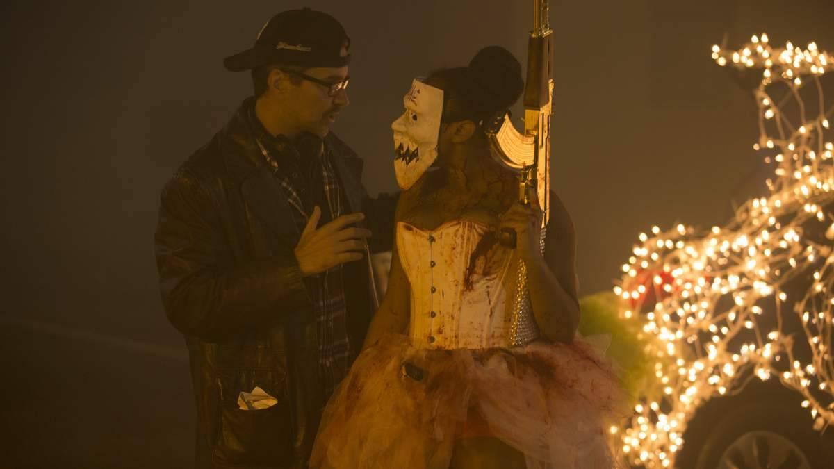 El director James DeMonaco dando indicaciones a la actriz Brittany Mirabile