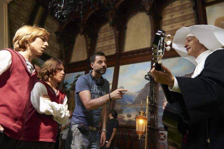 Teo Planell y Toni Gómez junto al director Oskar Santos dando indicaciones en el rodaje de la película