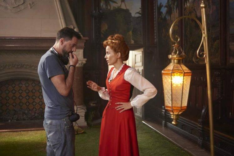 El director Oskar Santos hablando con la actriz Elena Anaya (Señorita Pam) - Crítica de Zipi y Zape y La Isla del Capitán