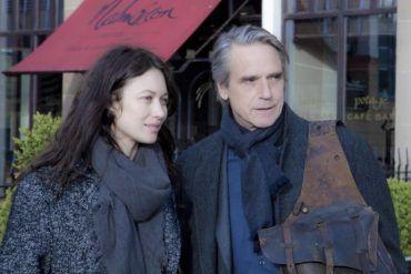 Olga Kurylenko y Jeremy Irons en una escena de la película 'La correspondencia'
