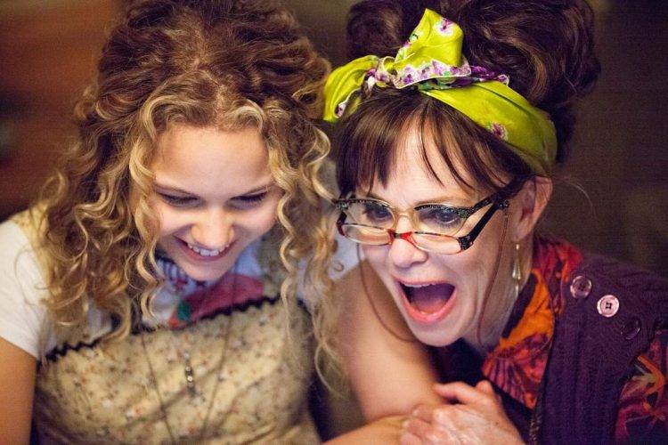 Isabella Acres es Vivian y Sally Field es Doris