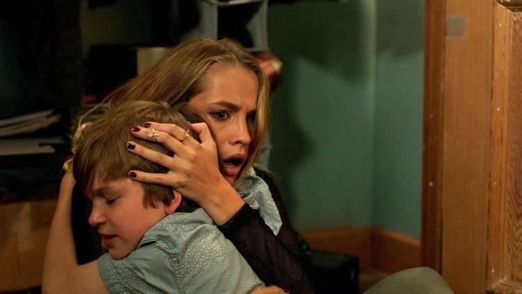 Teresa Palmer es Rebecca y Gabriel Bateman es Martin, el hermano pequeño de Rebecca