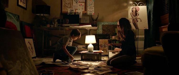 """Los personajes de Rebecca (Teresa Palmer) y Martin (Gabriel Bateman) en mitad de una inquietante escena de """"Nunca apagues la luz"""""""
