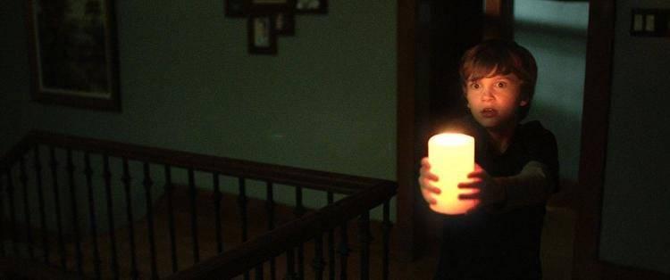 A Martin (Gabriel Bateman) no le queda más remedio que alumbrarse con una vela. Lo lleva claro.