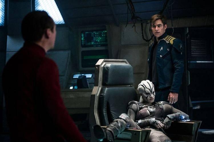 Chris Pine interpreta al capitán Kirk y Sofia Boutella es la desconocida alienígena Jaylah