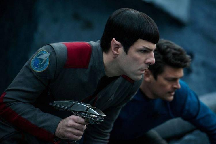 Lo mejor de la película es la relación de Spock (Zachary Quinto) con el Dr. MacCoy (Karl Urban)