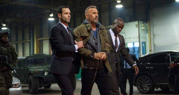 Kevin Costner arrestado en una imagen de la película Criminal