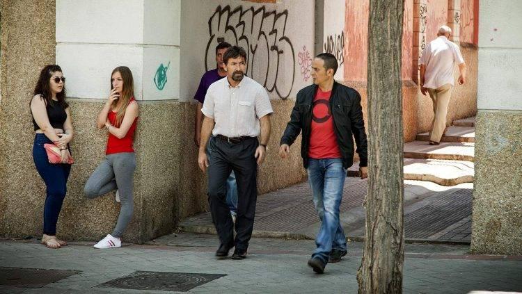 Los actores Antonio de la Torre y Luis Callejo en una escena de la película rodada en el barrio de Usera