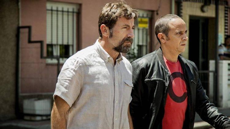 """Foto de la película de Raúl Arévalo """"Tarde para la ira"""" con los actores Antonio de la Torre y Luis Callejo. Tomada en el barrio madrileño de Usera"""