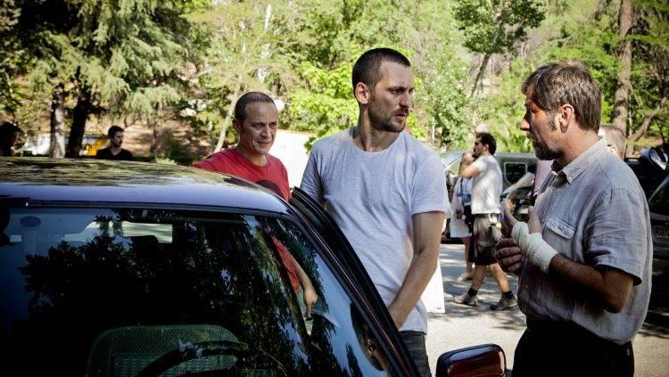 Luis Callejo con Raúl Arévalo en primer término, director de la película, hablando con Antonio de la Torre.