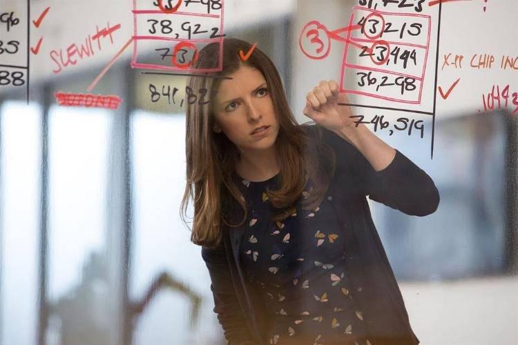 Dana Cummings (Anna Kendrick) repasando las cuentas de 'El contable'