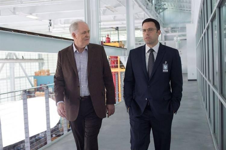 John Lithgow y Ben Affleck en una escena de 'El contable'