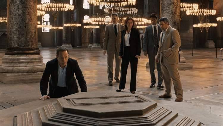 Tom Hanks es Robert Langdon, Irrfan Khan interpreta a Harry Sims, y Sidse Babett Knudsen es Elizabeth Sinskey en Inferno