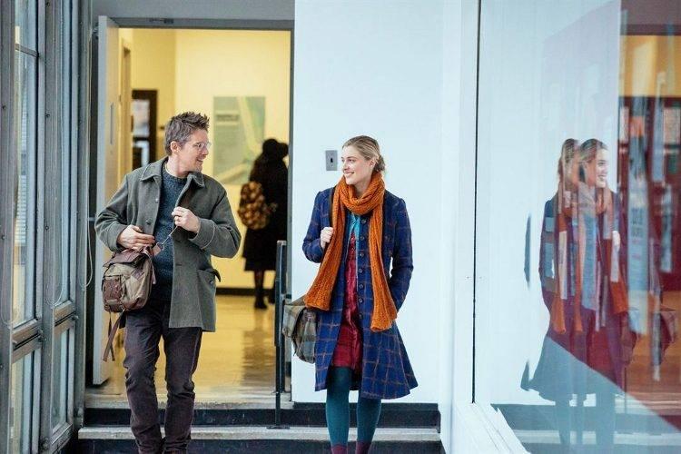 Ethan Hawke y Greta Gerwig charlando animadamente