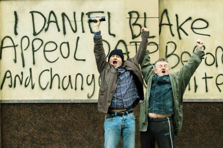 El actor Dave Johns junto a una pancarta