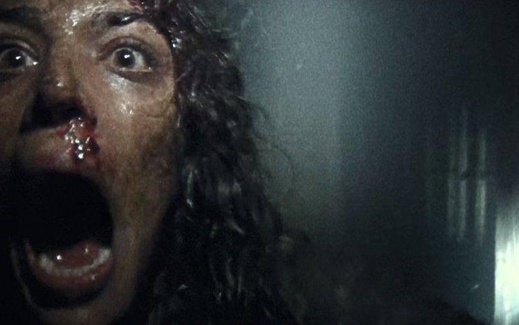 Callie Hernandez interpretando el terror en la película de Blair Witch