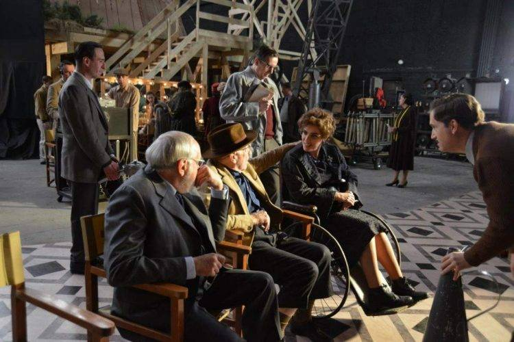 """Arturo Ripstein junto a Clive Revill que mira a Anabel Alonso en una foto del rodaje de """"La Reina de España"""""""