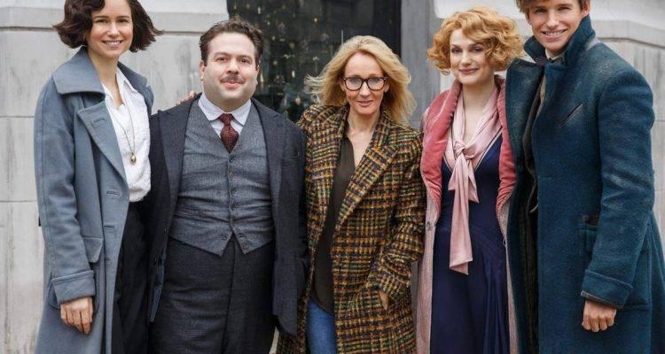 Eddie Redmayne con sus compañeros de reparto y en el centro J.K. Rowling