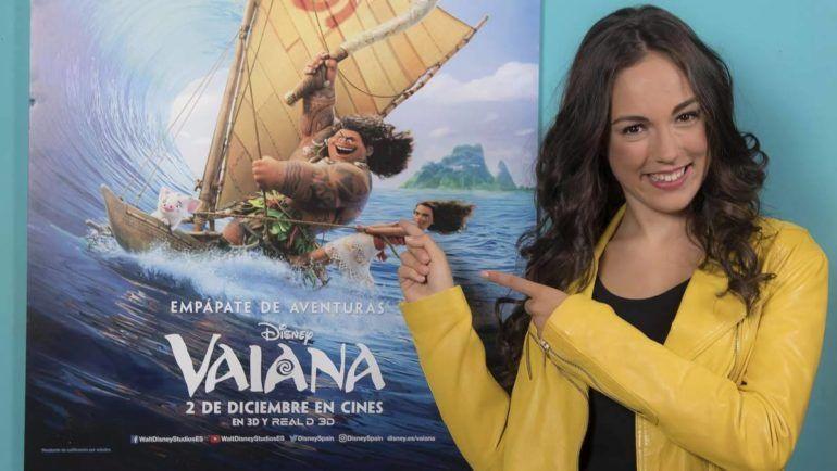 María Parrado junto al cartel de la película de Disney Vaiana