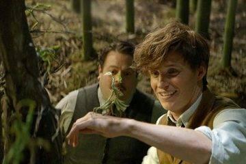 Eddie Redmayne y Dan Fogler con un personaje animado de la película