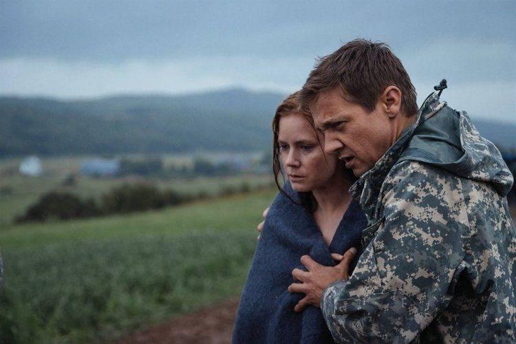 """Amy Adams y Jeremy Renner en un fotograma de la película """"La llamada"""""""