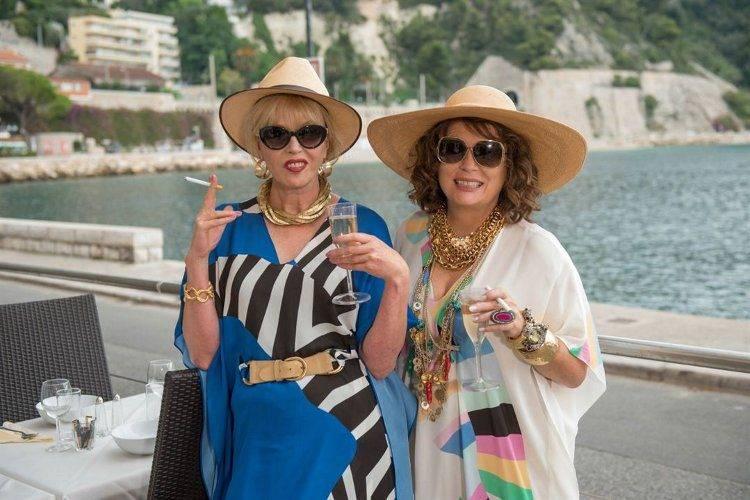 Jennifer Saunders y Joanna Lumley dándolo todo en una escena de Absoluutamente fabulosas
